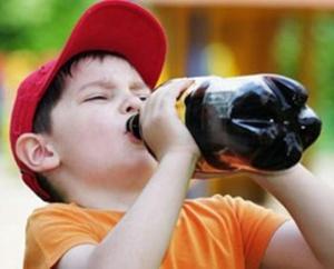 nino_bebiendo_refresco_de_cola